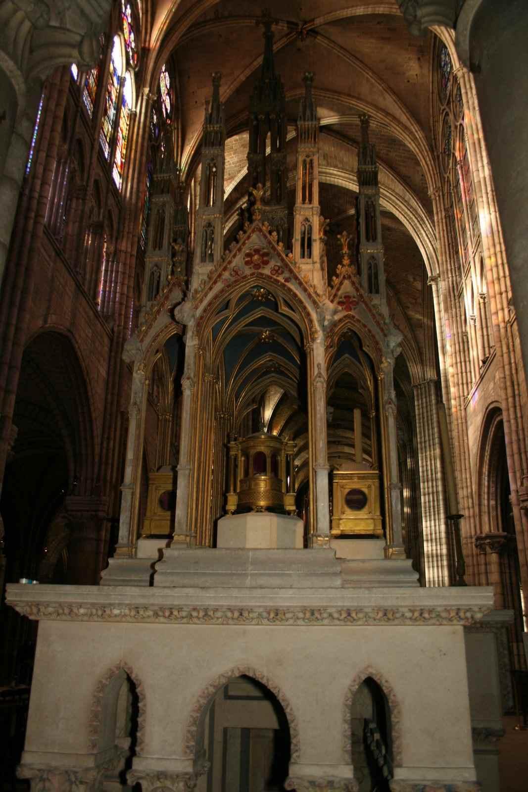 Altar con los relicarios de los Santos Dionisio, Rustico y Eleuterio en la Basílica de Saint Denis